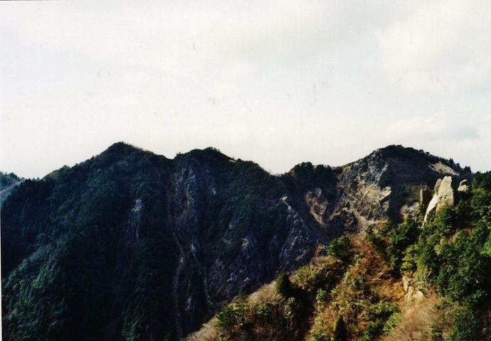 激流と滝の渓谷