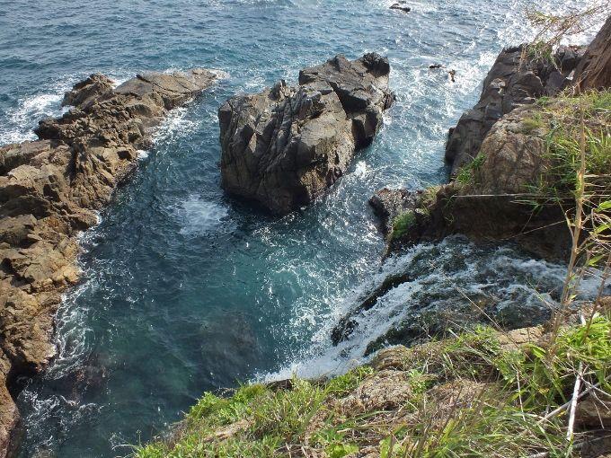 目もくらむ大海崖の滝の天辺に立つ
