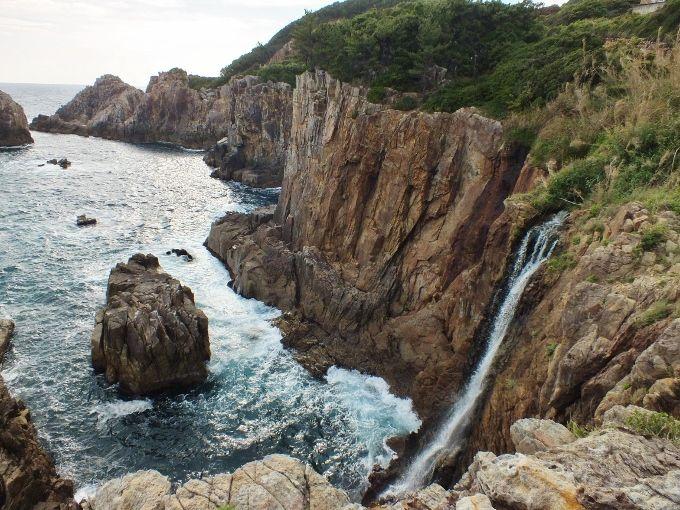 滝と海食洞と温泉を楽しむ