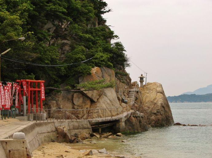 海崖を進む参道