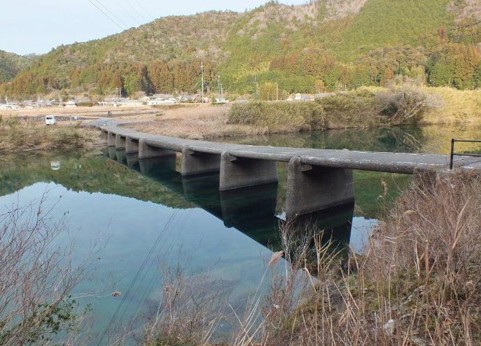 最古と最新の「沈む橋」