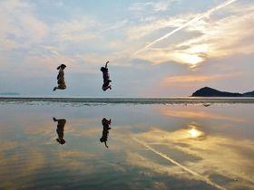 """天空の鏡""""日本のウユニ塩湖""""香川・父母ヶ浜と巨大寝釈迦"""