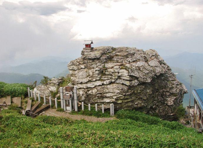 圧倒される巨大岩塔