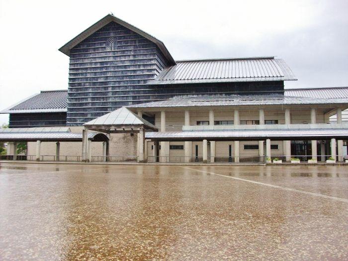 川の中の湖に浮かぶ美術館「高知県立美術館」