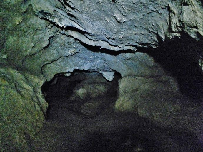 氷柱石の卵たち「黒瀬川鍾乳洞」