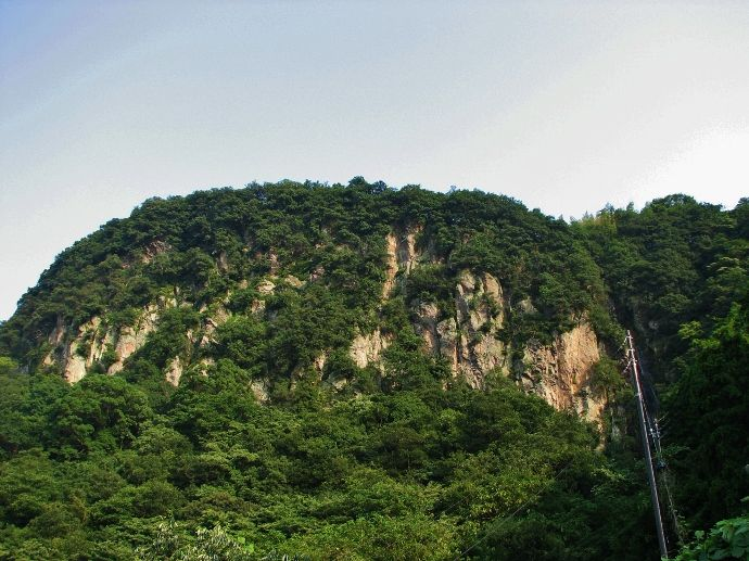 峨々たる岩山に懸かる稚児ヶ滝を遠望