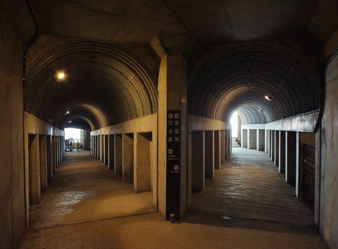 地下で二手に分かれる隧道の先には