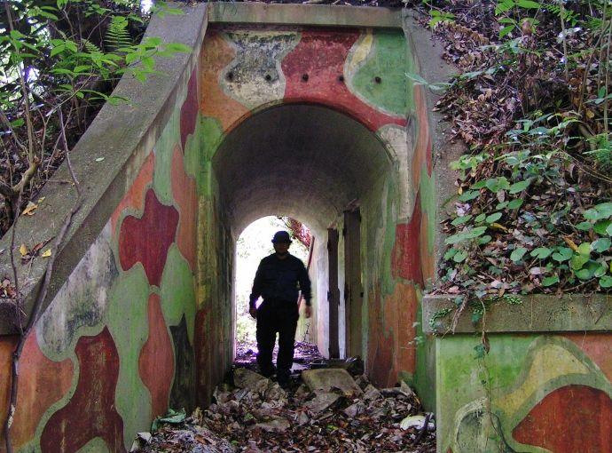 迷彩色が残る地下施設
