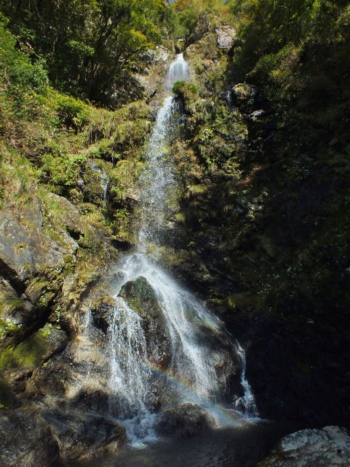 樽の滝上段の滝にはCGのような虹が