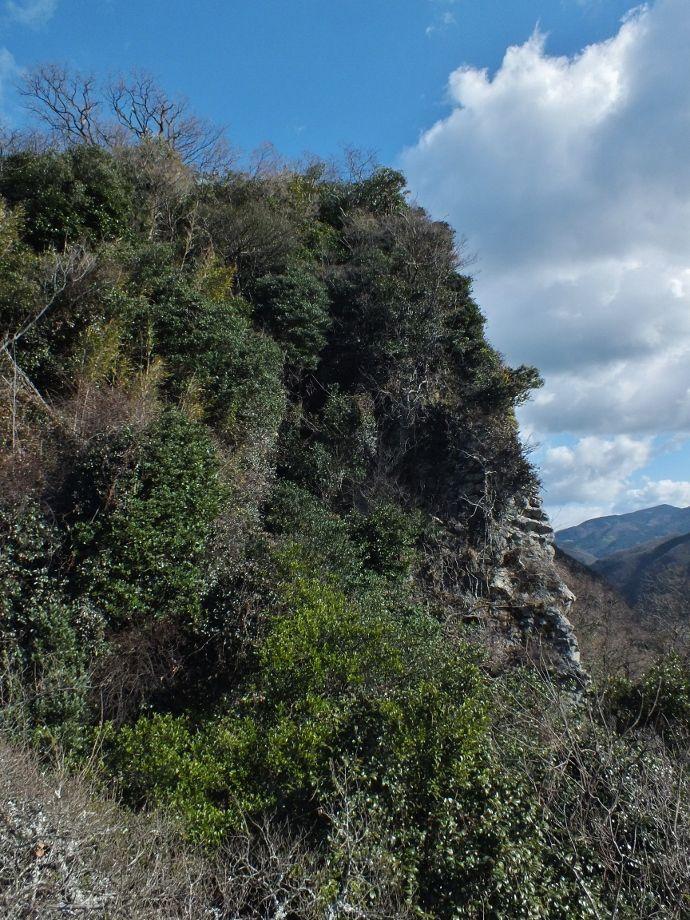 天空の鳥居と城壁に酷似した崖・本尊山