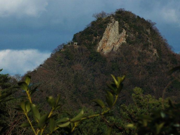 八景山からズームアップする天空の鳥居