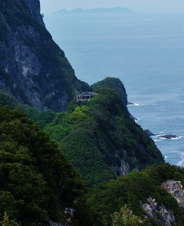屹立する海崖に見上げるほどの巨大建造物