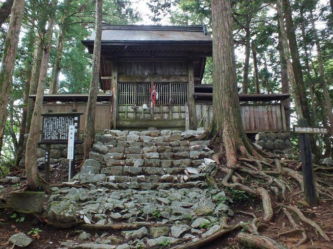 安徳帝陵墓近くの断崖上の横倉宮