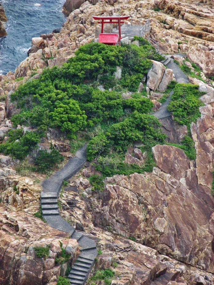恐竜の背の如き海崖上の神社・竜宮神社
