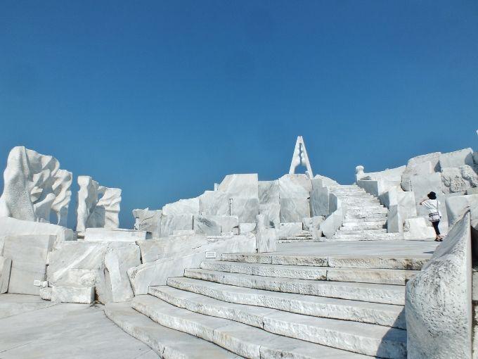 背後の丘は3,000トンの大理石庭園