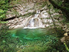 四国屈指の美しさ!愛媛の渓谷・面河渓と鮮やかな鉄砲石川