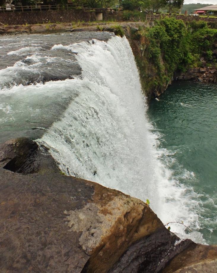 道路縁にいきなりナイアガラ「原尻の滝」