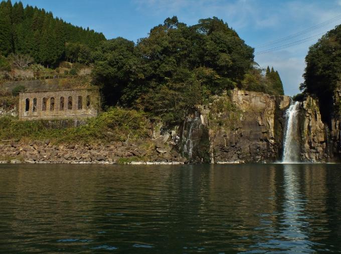 人影のない対岸から滝を鑑賞