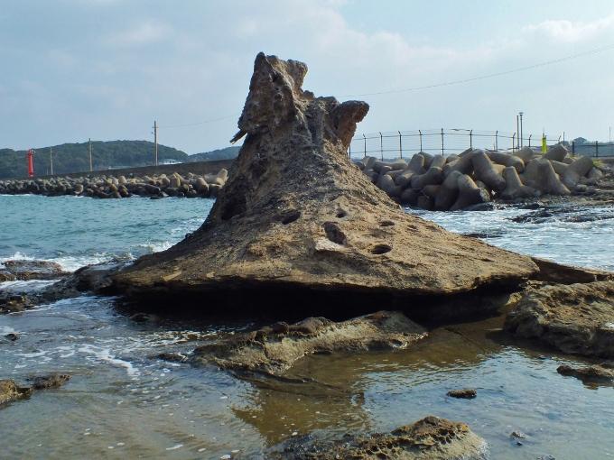 まるでスナフキンの帽子?奇岩と海に浮かぶ椅子!福岡「洞山」