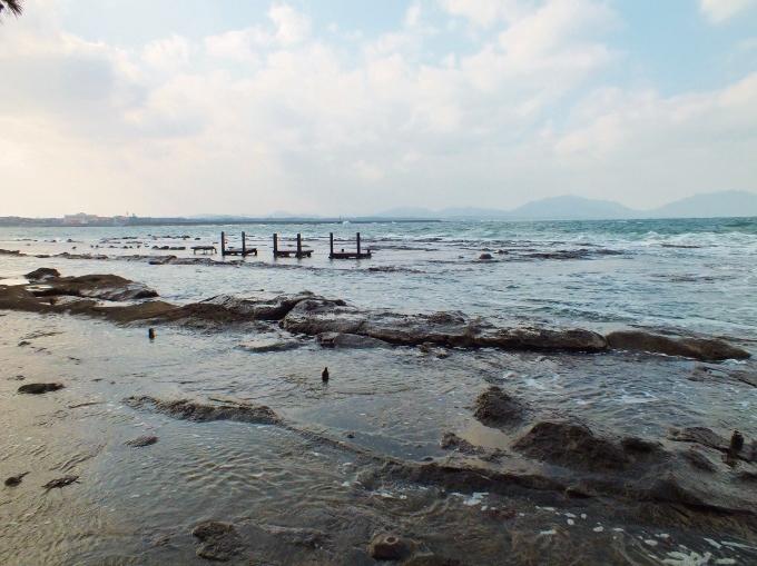 堂山横の海に浮かぶ椅子とは