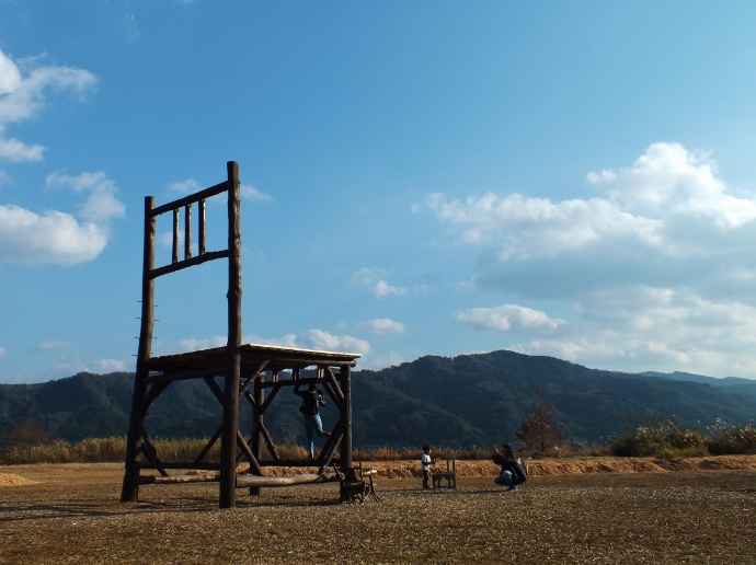大きな椅子の「椅子のオブジェ」
