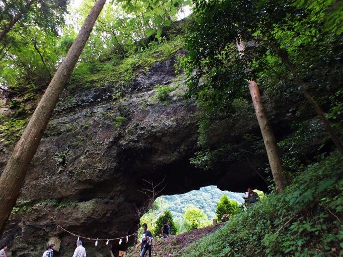 山の上に天然の洞門が!熊本の風穴群~穿戸岩・男風穴ほか~