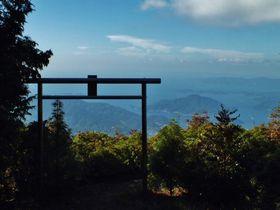 愛媛・海が広がる天空の鳥居「権現山」と奇岩滝群の「薬師谷渓谷」