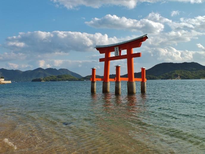 周囲の景観が抜きん出ている浦崎の「厳島神社」