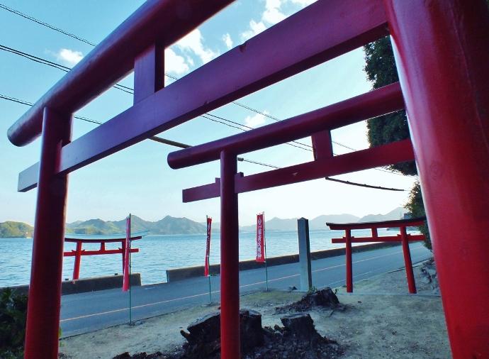 道路から階段で海中へ「稲荷神社」