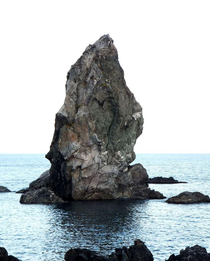 ハートの窪みをもつ上立神岩は、恋愛成就のパワースポット!