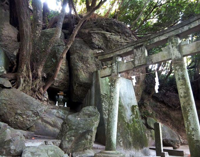 さざれ石の磐座が、独特の空気を醸しだす八王子神社!