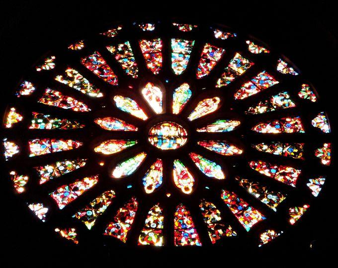 世界最大級・ステンドグラスのバラ窓が見事な「レオン」!