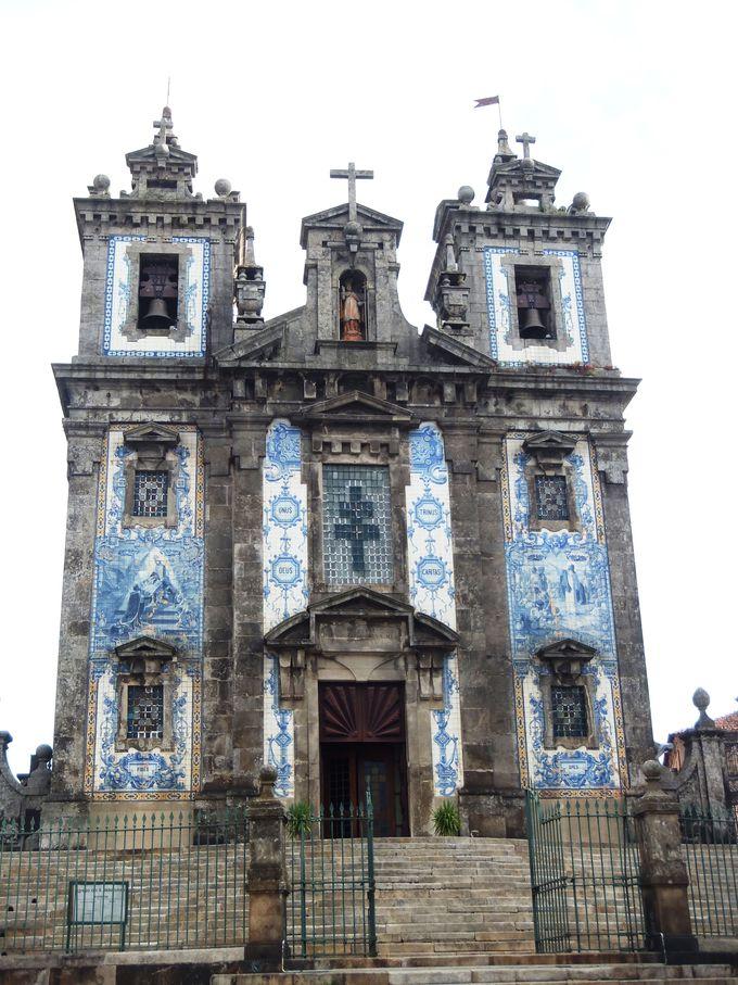 アズレージョと教会の調和美を堪能しょう!