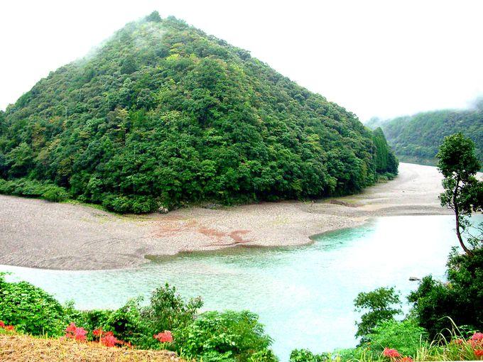 日本昔話に登場する里のような、竹筒の原風景