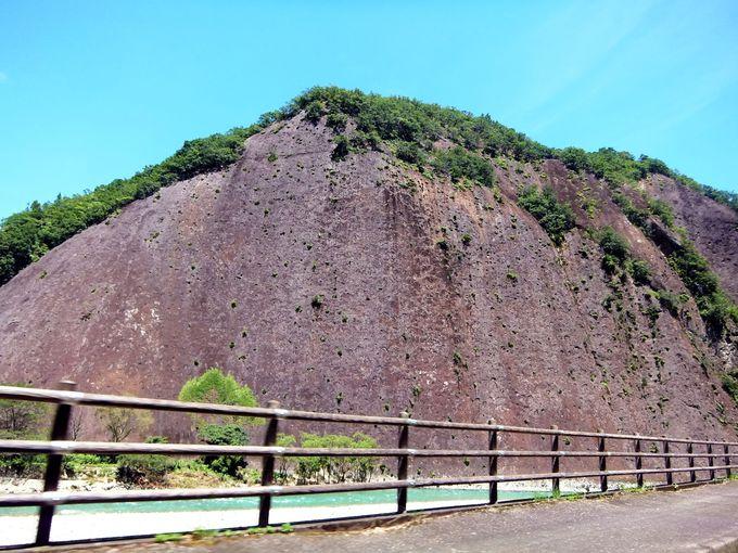 清流・古座川沿いに佇む、巨岩・一枚岩の迫力に圧倒!
