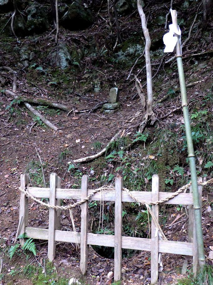 """夜見神社の""""冥途(めいど)さん""""と呼ばれる、黄泉の穴"""