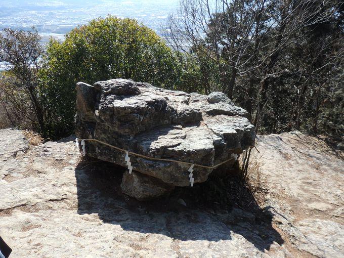 頂上には御上神社の奥宮と、磐座がある聖なる地!