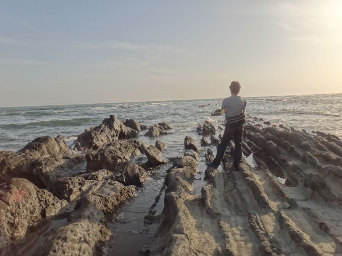 岬「小磯の鼻」のギザギザ岩で海の男・海の女になりきる!
