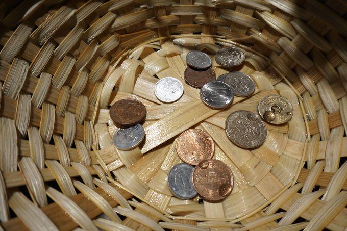 手水舎にはザルが!お金を清めて金運アップを祈願