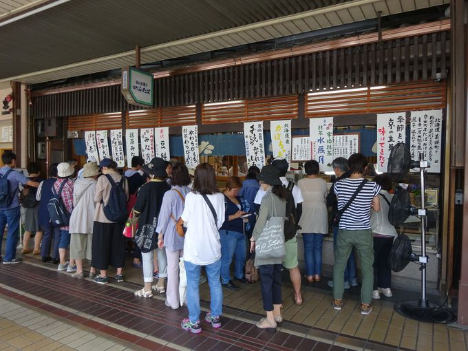行列ができる人気和菓子店「出町ふたば」