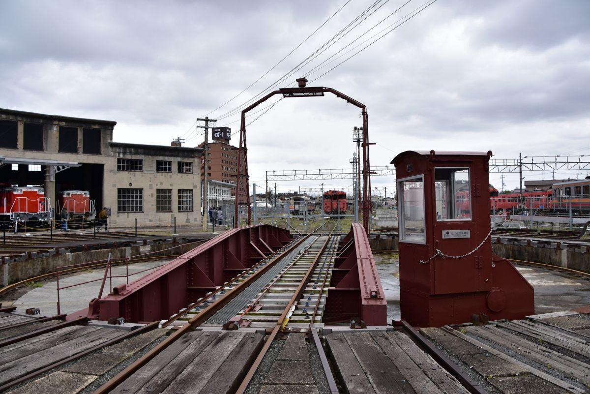 巨大な蒸気機関車の動輪の前で記念撮影をしよう