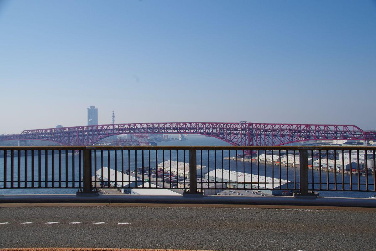 橋の中央部からはスリル満点の絶景が