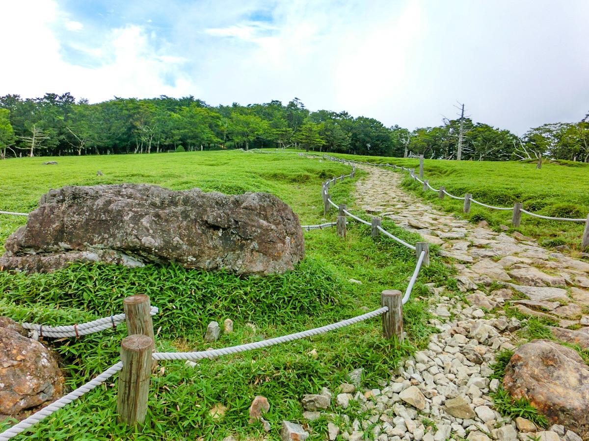 牛石と呼ばれる巨石が横たわる「牛石ケ原」の光景
