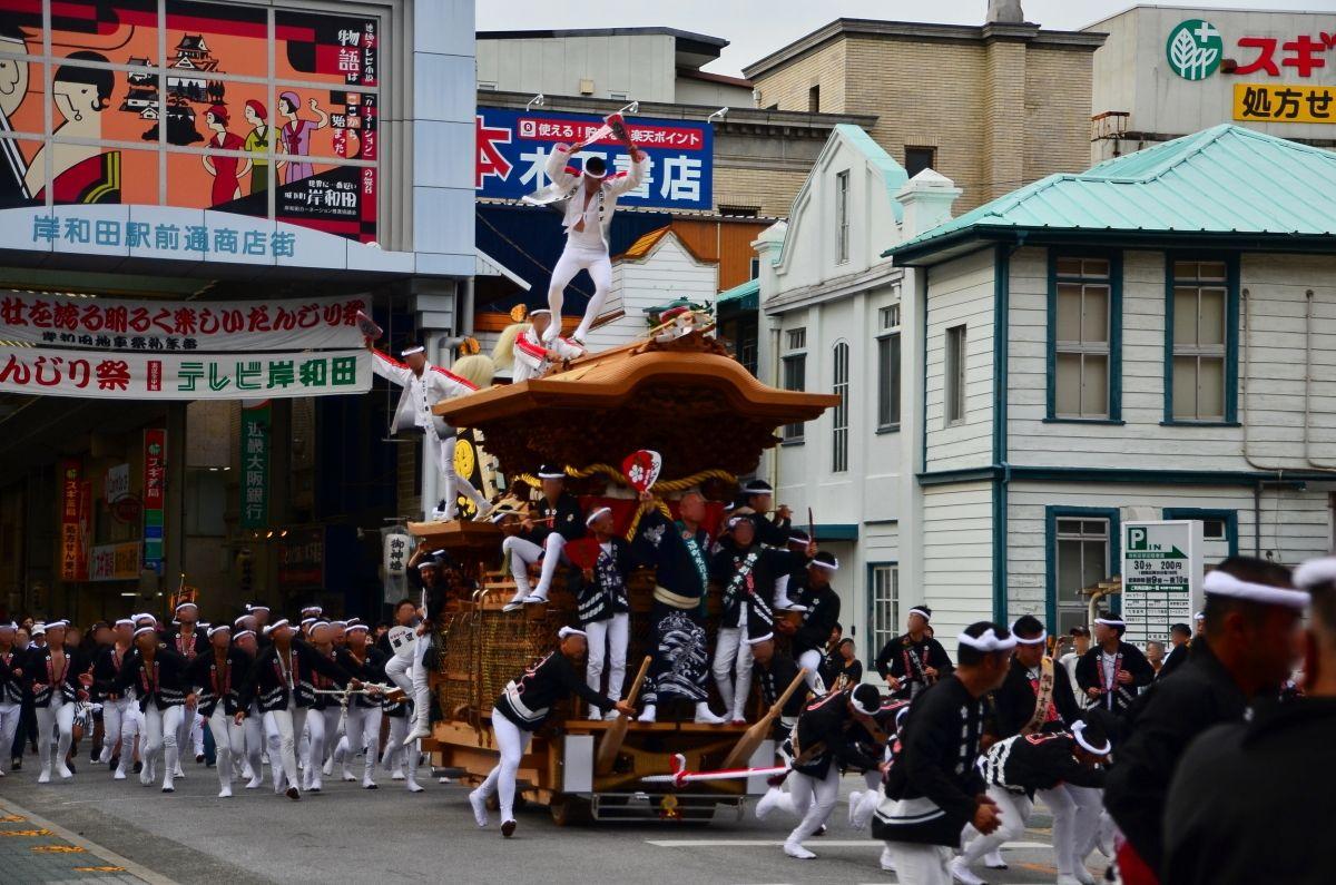 岸和田だんじり祭のベストスポット南海本線「岸和田駅」前