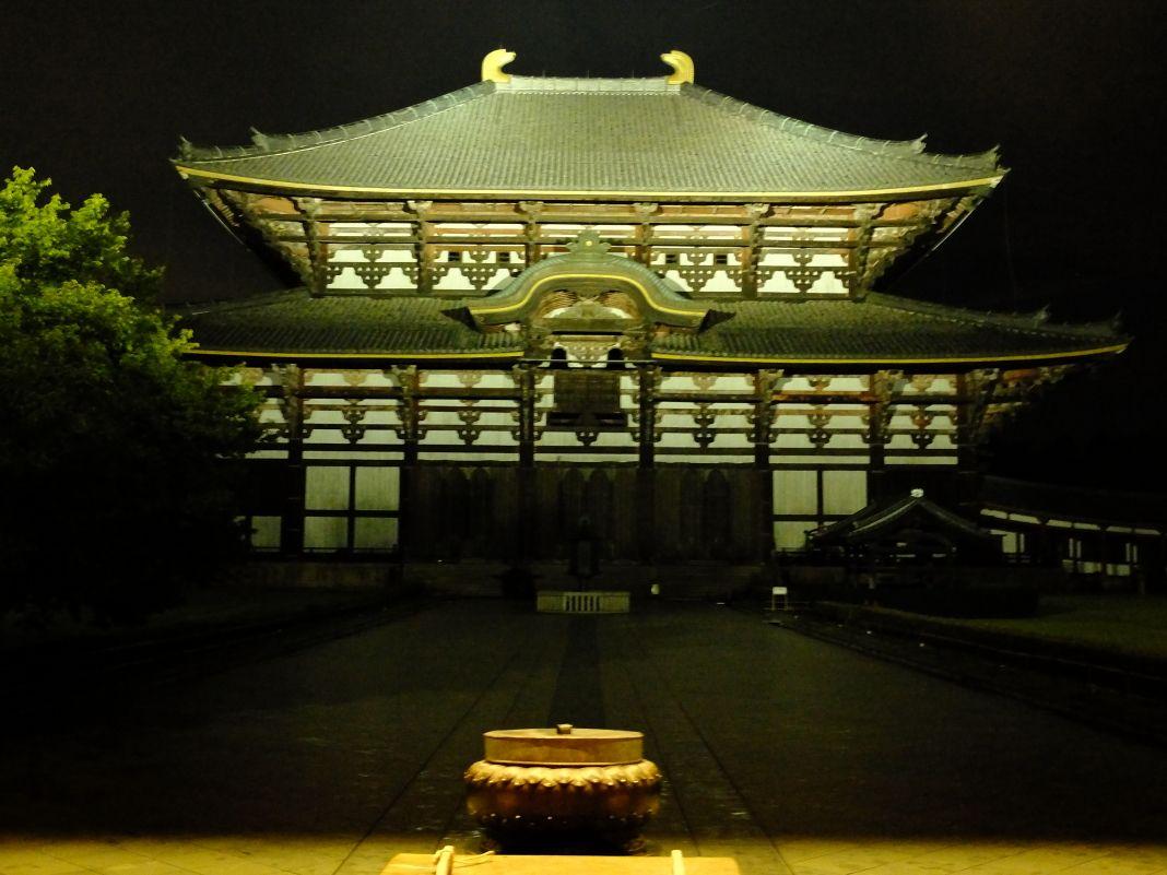 すさまじいばかりのオーラを放つ「東大寺大仏殿」のライトアップ