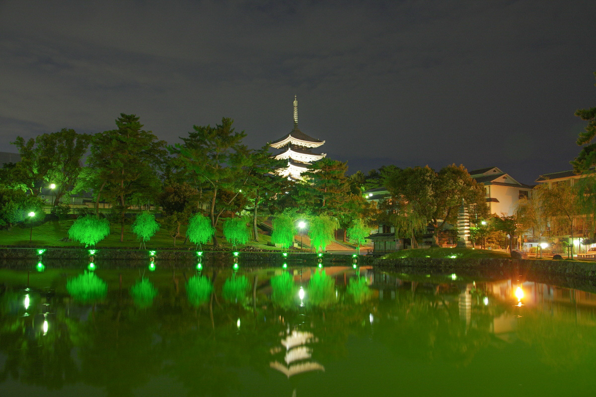 古都・奈良のシンボル「興福寺五重塔」と「猿沢池」