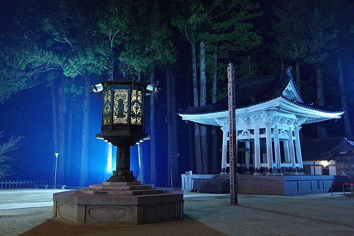 壇上伽藍の夜間ライトアップも必見