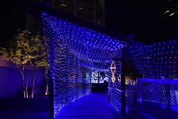 光のトンネルから垣間見える「通天閣」のライトアップ