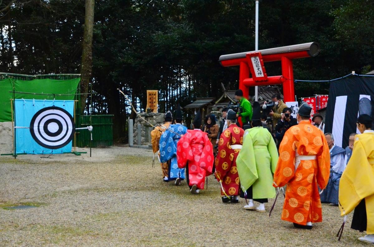 目にも鮮やかな鎌倉時代の装束の「お弓始め祭」