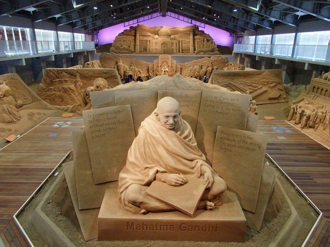 来館者を出迎える独立の父マハトマ・ガンディーの砂像